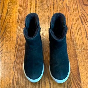 Girls black booties lined w/ faux fur size 3